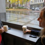 Vào Starbucks uống cà phê để sạc ké wireless charger