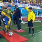 World Cup 2014 đã được một chàng trai bị liệt phát bóng khai cuộc