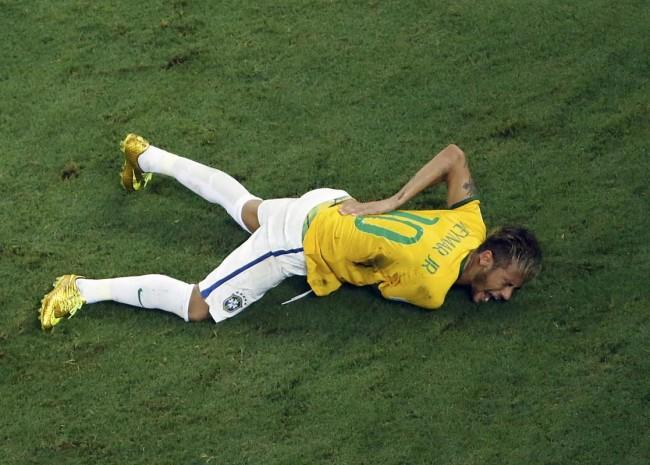 140704-world-cup-brazil-neymar-injury-02