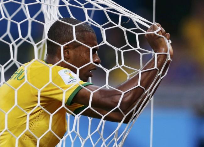 140709-world-cup-brazil-lost-37-fernandinho