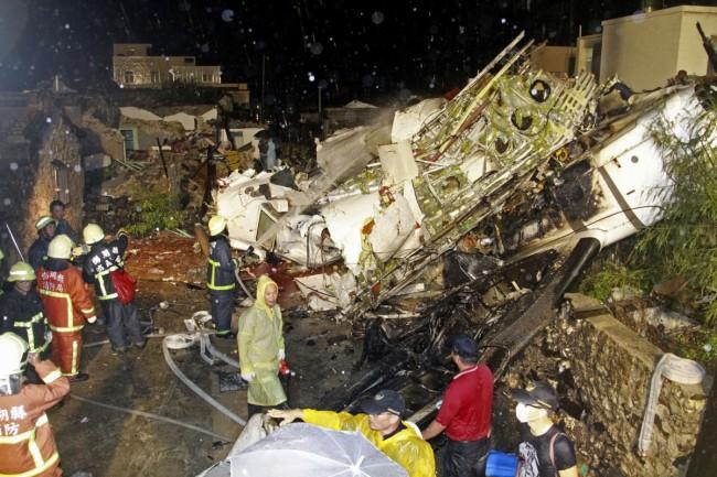 140724-taiwan-plane-crash-09