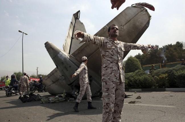 140810-iran-plane-crashed-05