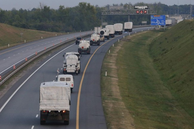 140812-russia-aid-trucks-prepare-ukraine-03-near-city-yelets