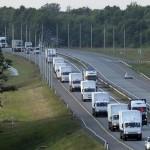 Đoàn xe tải chở hàng cứu trợ Nga cho Ukraine trực chỉ cửa khẩu của quân ly khai