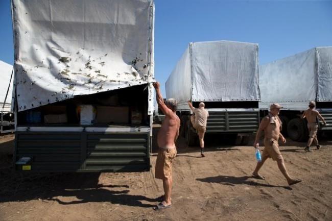 140815-russia-aid-trucks-prepare-ukraine-01