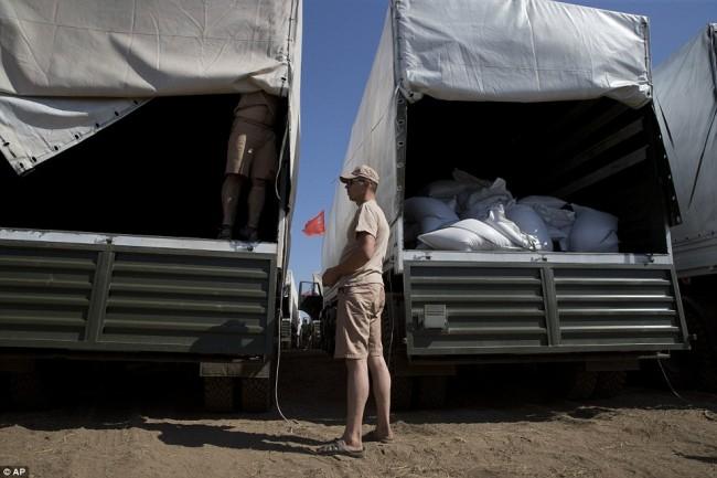 140815-russia-aid-trucks-prepare-ukraine-06