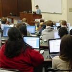 Sinh viên Mỹ phải trả giá cao khi mua thiết bị tại các cửa hàng của nhà trường