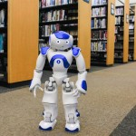 Hai người máy trở thành nhân viên thư viện