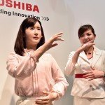 Cô nàng người máy Toshiba biết giao tiếp bằng ngôn ngữ cử chỉ