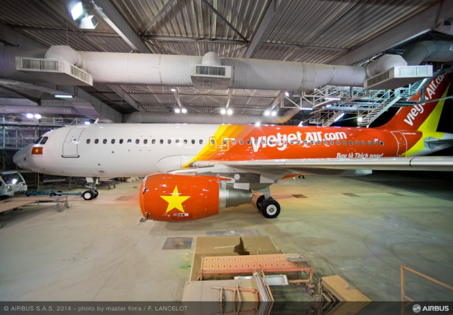 05-MAN-249-03-20141022-FLT-A320 VIETJET MSN6341 ROLL OUT PAINTHALL-009