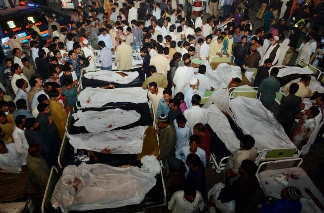 141102-pakistan-bodies-suicide-bomb-border-01
