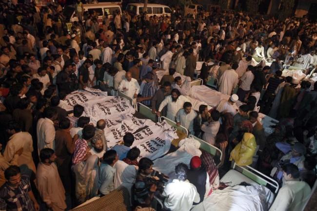141102-pakistan-bodies-suicide-bomb-border-03