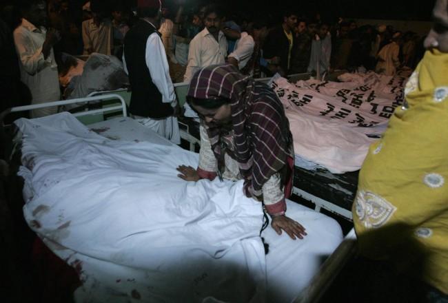 141102-pakistan-bodies-suicide-bomb-border-04