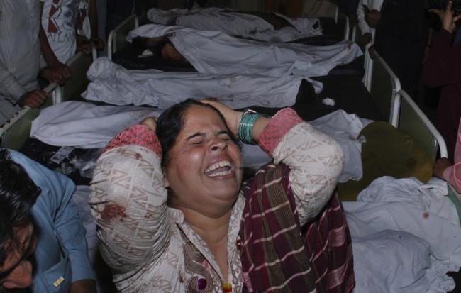 141102-pakistan-bodies-suicide-bomb-border-06
