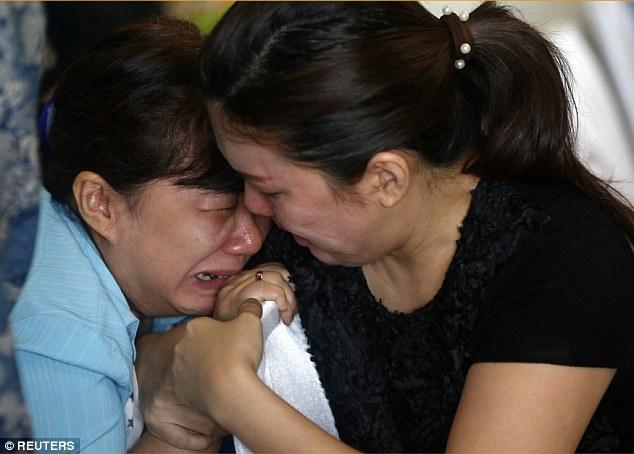 141229-airasia-qz8501-missing-relatives-01