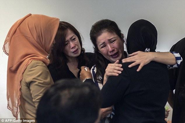 141229-airasia-qz8501-missing-relatives-03