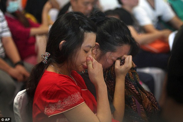 141229-airasia-qz8501-missing-relatives-04