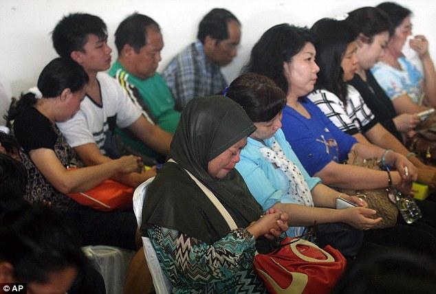 141229-airasia-qz8501-missing-relatives-05