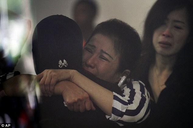 141229-airasia-qz8501-missing-relatives-06