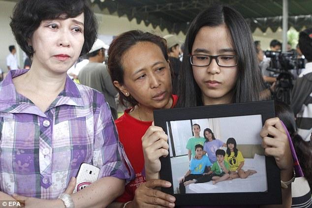 141229-airasia-qz8501-missing-relatives-09
