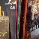 Uống cà phê, ngắm ngân hàng tại Mockingbird Café