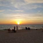 Ngó mặt trời lặn trên biển Naples Beach (Florida)
