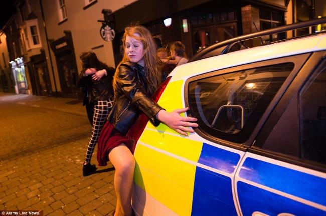 160101-drunken revellers in uk new year-01
