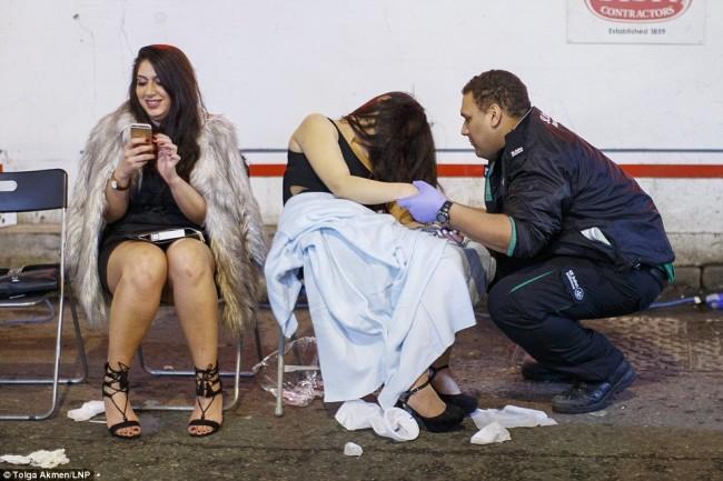 160101-drunken revellers in uk new year-04