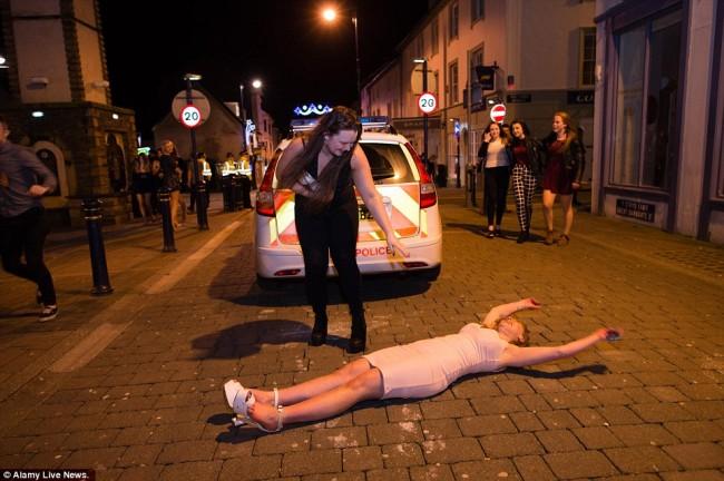 160101-drunken revellers in uk new year-08