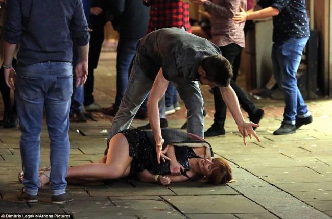160101-drunken revellers in uk new year-10