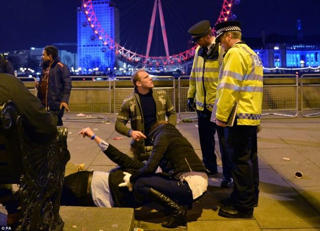 160101-drunken revellers in uk new year-11