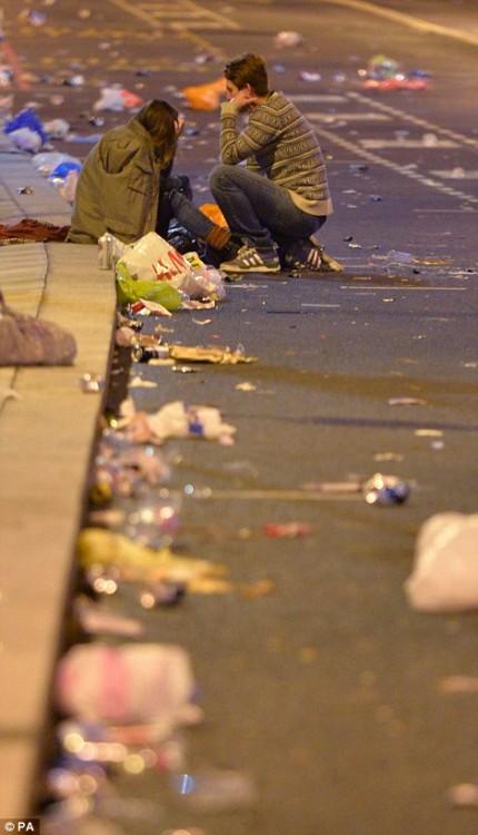 160101-drunken revellers in uk new year-14