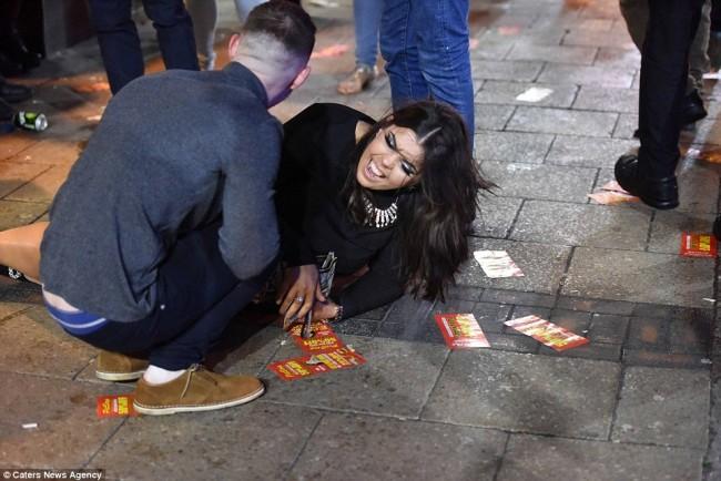 160101-drunken revellers in uk new year-19