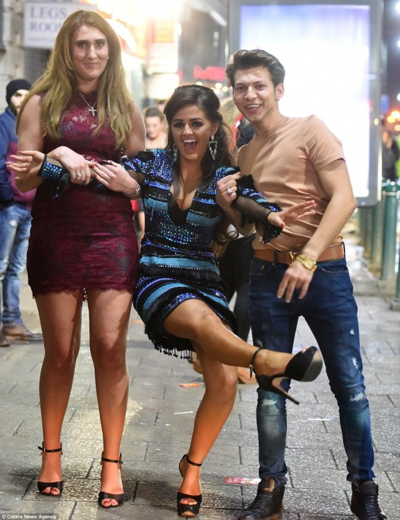 160101-drunken revellers in uk new year-20