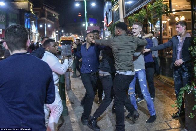 160101-drunken revellers in uk new year-23