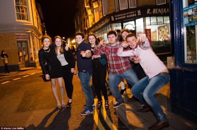 160101-drunken revellers in uk new year-26