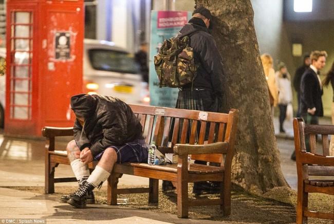 160101-drunken revellers in uk new year-27