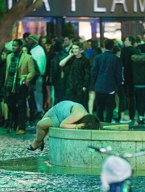 160101-drunken revellers in uk new year-32