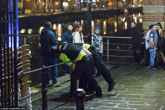 160101-drunken revellers in uk new year-34