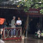Tổng thống Hoa Kỳ đụt mưa trong quán trà đá ven đường tại một ngôi làng Việt Nam