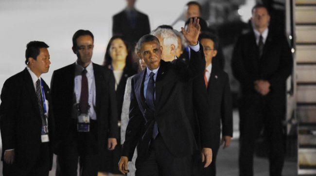 US President Barack Obama waves upon arriving at Chubu Centrair International Airport at Tokoname, Aichi prefecture, outside Nagoya on May 25, 2016 ahead of the 2016 G7 Summit. / AFP PHOTO / MANAN VATSYAYANA