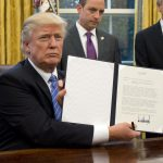 Tổng thống Trump thích khoe chữ ký