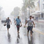 Miami bắt đầu nếm mùi bão Irma và ban bố lệnh giới nghiêm để chống trộm cắp