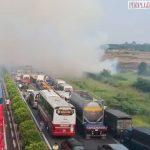 Đường cao tốc bị đốt đồng