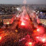 Paris mịt mù lửa khói khi cả triệu người xuống đường quẫy mừng chiến thắng FIFA World Cup 2018