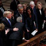 Cựu Tổng thống Bush tặng kẹo cho cựu Đệ nhất phu nhân Obama