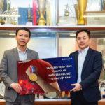 """Samsung tặng smartphone Galaxy A51 Phiên bản đặc biệt """"Tự hào Việt Nam"""" cho 2 đội bóng đá nam và nữ vô địch SEA Games 2019"""