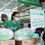 Grab trao tặng gần 80 tấn gạo hỗ trợ đối tác tài xế trong dịch COVID-19